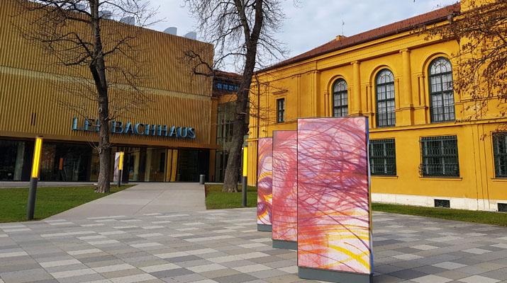 Lenbachhaus Haupteingang mit Cafe Ella und Ausstellungsplakat zur Ausstellung Weltempfänger
