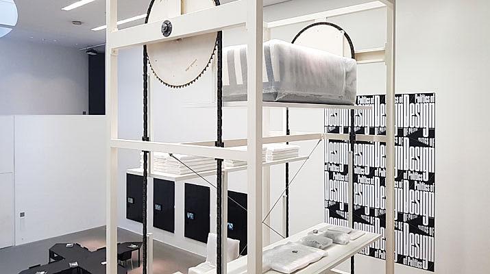 Die Design-Ausstellung der Pinakothek der Moderne wird in der Ausstellung Politics of Design, Design of Politics erweitert und um Ausstellungsstücke ergänzt