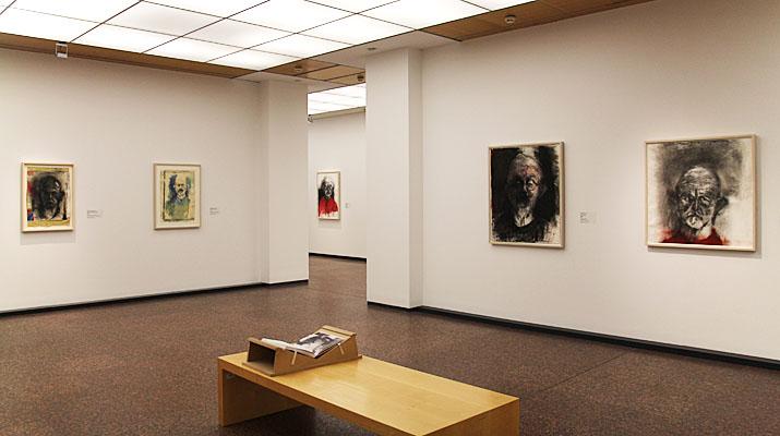Selbstportraits von Jim Dine in der Ausstellung I never look away im Kunsfoyer der Versicherungskammer Bayern in München