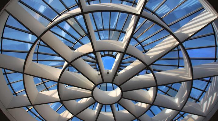 Eingang zur Pinakothek der Moderne mit Blick in den Himmel durch das Glasdach
