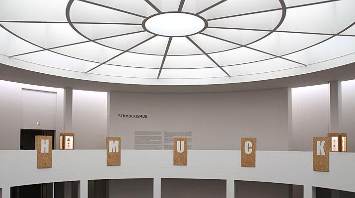 Rotunde mit Schmuck-Ausstellung im obersten Geschoss der Pinaktohek der Moderne in München