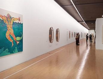 Großformatige Gemälde von Maria Lassing und Martin Kippenberger in der Ausstellung Body Check im Kunstbau des Lenbachhaus in München