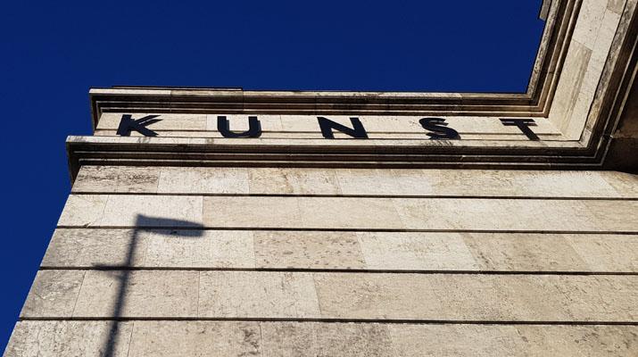 Blick auf das Haus der Kunst in München, das montags geöffnet hat.