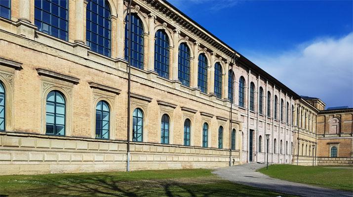 In München gibt es die Alte Pinakothek, eines von drei Museen der Bayerischen Staatsgemäldesammlungen