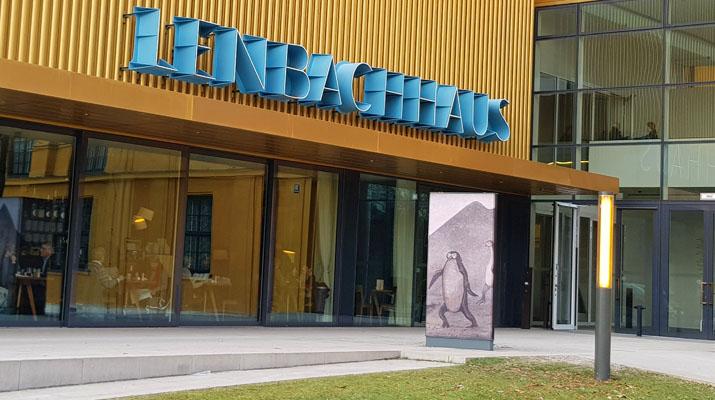 Lenbachhaus und Kunstbau sind zwei Museen, die es in München gibt.