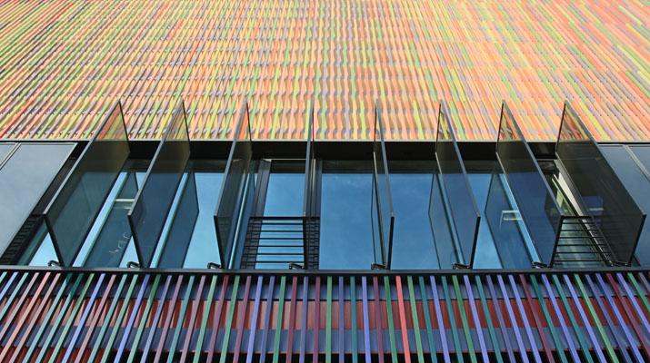 """Fassade des Museum Brandhorst in München mit Blick auf die Ausstellungsräume der Ausstellung """"Forever Young – 10 Jahre Museum Brandhorst"""""""