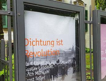 Eingangsbereich und Ausstellungsplakat zur Ausstellung Dichtung ist Revolution in der Monacensia im Hildebrandhaus