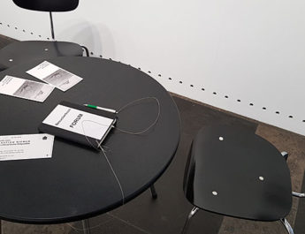 Tisch im Eingangsbereich der Fotoausstellung von Sebastian Riemer im Münchner Stadtmuseum in München