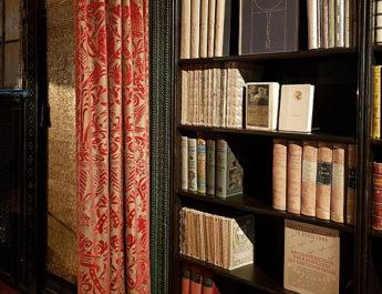Empfangszimmer mit Bibliothek in den historischen Räumen von Franz von Stuck im Museum Villa Stuck in München