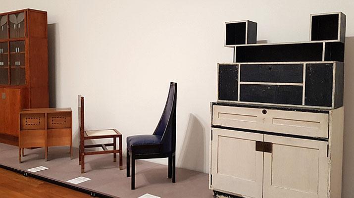 Möbelentwürfe von Koloman Moser in der aktuellen Ausstellung über das Gesamtwerk des Künstlers im Museum Villa Stuck in München