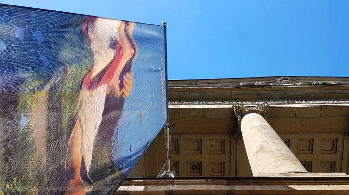 Vorderansicht Gebäude Sammlung Schack mit Plakat zur aktuellen Ausstellung in der Schack-Galerie