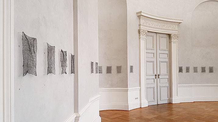 Bilder aus Draht in der Ausstellung Stereo Katharina Gaenssler und Brigitte Schwacke in der Bayerischen Akademie der Schönen Künste in München