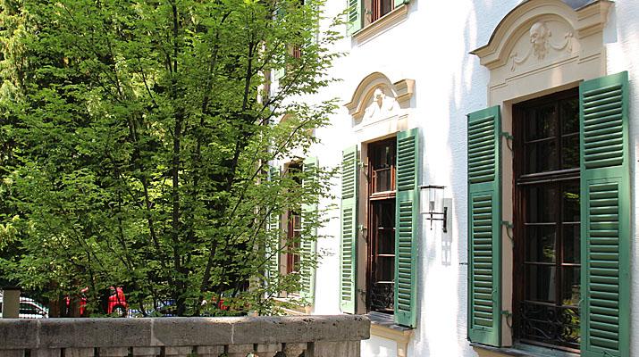 Eingang zur Ausstellung Erika Mann Kabarettistin - Kriegsreporterin - politische Rednerin in der Monacensia im Hildebrandhaus in München