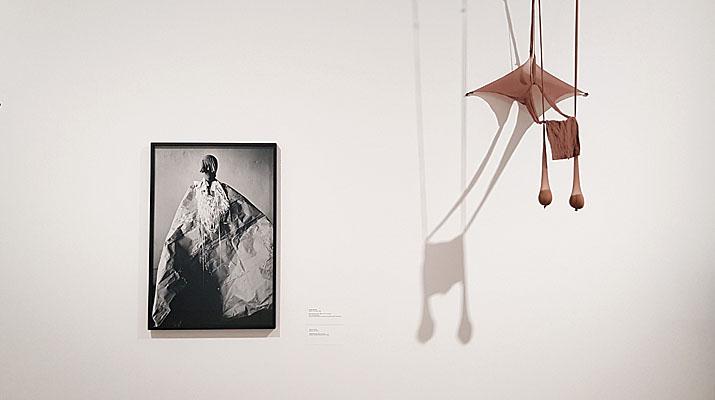 Skulptur und Tanz von Senga Nengudi im Lenbachhaus in München