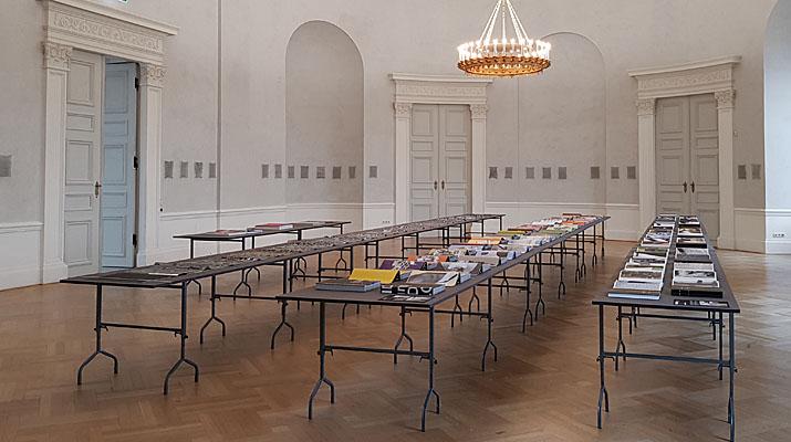 Zeitschriften und Druckerzeugnisse in der Ausstellung Stereo Katharina Gaenssler und Brigitte Schwacke in der Bayerischen Akademie der Schönen Künste in München