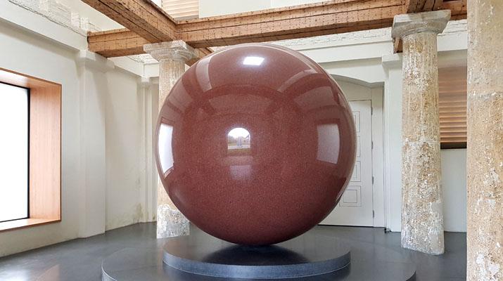 Large red sphere von Walter De Maria im Türkentor in München