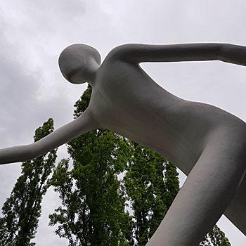 Jonathan Borofsky: Walking Man als Kunst im öffentlichen Raum von München