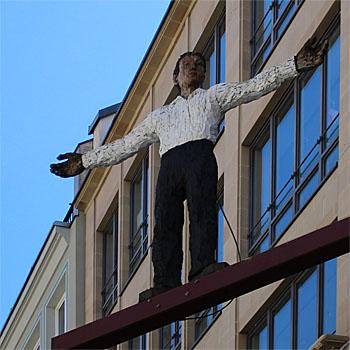 Stephan Balkenhols Mann mit ausgestreckten Armen als Kunst im öffentlichen Raum von München: