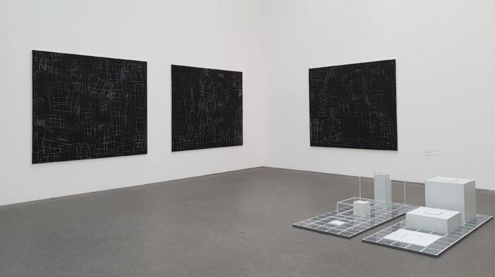 Kunstwerke von Günther Förg und Sol LeWitt in der Pinakothek der Moderne in München