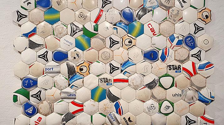 Fußball-Teppich von Janina Stübler in der Ausstellung Rasenglück im Museum Penzberg