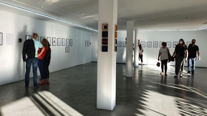 """Die Ausstellung """"bunt getrieben"""" von Julian Opitz im Farbenladen in München"""